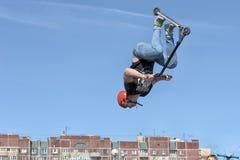 Αγόρι στα κτυπήματα μηχανικών δίκυκλων στον αέρα Στοκ φωτογραφίες με δικαίωμα ελεύθερης χρήσης