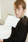 Αγόρι στα μαύρα με κουκούλα βιβλία εκμετάλλευσης πουκάμισων ιδρώτα Στοκ εικόνα με δικαίωμα ελεύθερης χρήσης