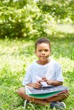 Αγόρι στα προσχολικά χρώματα με την κιμωλία στοκ φωτογραφίες