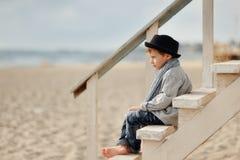 Αγόρι στα σκαλοπάτια Στοκ Φωτογραφίες