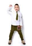 Αγόρι στα στρατιωτικά πράσινα τζιν μπλουζών που στέκονται και που δίνουν τους αντίχειρες Στοκ φωτογραφίες με δικαίωμα ελεύθερης χρήσης