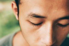 Αγόρι στενό αυτός μάτι, λυπημένο αγόρι, άτομο θλίψης, βλαμμένο αγόρι Στοκ εικόνα με δικαίωμα ελεύθερης χρήσης