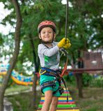 Αγόρι στην αναρρίχηση της δραστηριότητας στο υψηλό δασικό πάρκο καλωδίων Cableway επιτραπέζιων βουνών παιδιά ειδικά πάλι Στοκ Φωτογραφίες