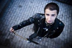 Αγόρι στην αστική ανασκόπηση στοκ φωτογραφία