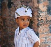 Αγόρι στην ενδυμασία διακοπών σε μια από το Μπαλί τελετή στοκ εικόνα