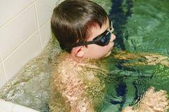 Αγόρι στην εσωτερική δημόσια λίμνη Πορτρέτο του παιδιού με τα προστατευτικά δίοπτρα swimmng Στοκ Φωτογραφίες