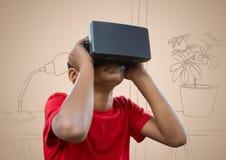 Αγόρι στην κάσκα εικονικής πραγματικότητας ενάντια στο συρμένο χέρι γραφείο κρέμας Στοκ εικόνες με δικαίωμα ελεύθερης χρήσης