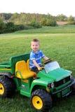 Αγόρι στην οδήγηση του τρακτέρ στοκ φωτογραφία με δικαίωμα ελεύθερης χρήσης