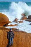Αγόρι στην πέτρα Άποψη ακτών Ploumanach (Βρετάνη, Γαλλία) Στοκ Εικόνα