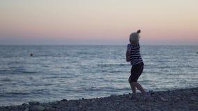 Αγόρι στη θάλασσα απόθεμα βίντεο