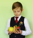 Αγόρι στη σχολική στολή και καλαθάκι με φαγητό με το σάντουιτς και τα φρούτα Στοκ φωτογραφίες με δικαίωμα ελεύθερης χρήσης