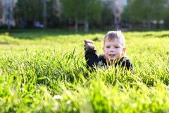 Αγόρι στη χλόη Στοκ φωτογραφία με δικαίωμα ελεύθερης χρήσης