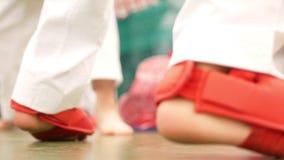 Αγόρι στη karate κατάρτιση, πόδια αγοριών ` s απόθεμα βίντεο