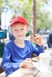 Αγόρι στον καφέ στοκ εικόνες
