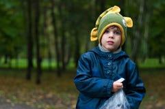 Αγόρι στο αστείο πλεκτό καπέλο ψαριών Στοκ φωτογραφίες με δικαίωμα ελεύθερης χρήσης