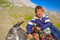 Αγόρι στο γάιδαρο στο Κιργιστάν Στοκ Φωτογραφίες