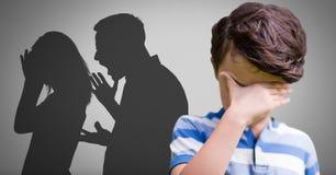 Αγόρι στο γκρίζο κλίμα με να φωνάξει τη σκιαγραφία γονέων πάλης Στοκ Φωτογραφία