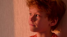 Αγόρι στο ηλιοβασίλεμα απόθεμα βίντεο