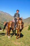 Αγόρι στο καφετί άλογο στο Κιργιστάν Στοκ φωτογραφία με δικαίωμα ελεύθερης χρήσης