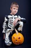 Αγόρι στο κοστούμι αποκριών με την πορτοκαλιά κολοκύθα Στοκ φωτογραφία με δικαίωμα ελεύθερης χρήσης