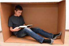 Αγόρι στο κουτί από χαρτόνι στοκ φωτογραφίες με δικαίωμα ελεύθερης χρήσης