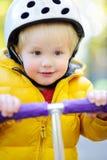 Αγόρι στο κράνος ασφάλειας για να οδηγήσει το μηχανικό δίκυκλο Στοκ Φωτογραφίες