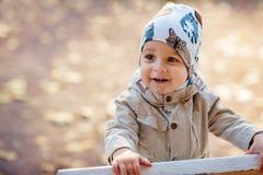 Αγόρι στο πάρκο το φθινόπωρο Στοκ Εικόνες