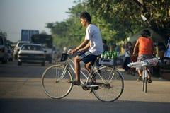 Αγόρι στο ποδήλατο σε Yangon, Βιρμανία, Ασία στοκ εικόνες