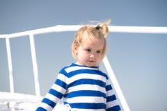 Αγόρι στο πουκάμισο ναυτικών στο μπλε ουρανό Στοκ φωτογραφίες με δικαίωμα ελεύθερης χρήσης