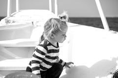 Αγόρι στο πουκάμισο ναυτικών στην μπλε θάλασσα Στοκ φωτογραφία με δικαίωμα ελεύθερης χρήσης