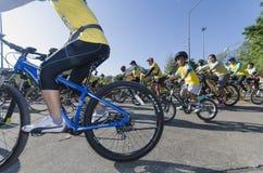 Αγόρι στο ποδήλατο για τον μπαμπά Στοκ Εικόνες