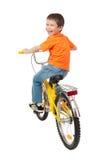 Αγόρι στο ποδήλατο που απομονώνεται στο λευκό Στοκ Φωτογραφίες