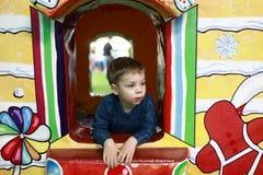 Αγόρι στο σπίτι παιχνιδιών στοκ εικόνα με δικαίωμα ελεύθερης χρήσης