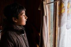 Αγόρι στο σπίτι του με το καφετί σακάκι σε έναν καναπέ 2 Στοκ φωτογραφίες με δικαίωμα ελεύθερης χρήσης