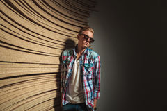 Αγόρι στο στούντιο που κοιτάζει μακριά φορώντας τα γυαλιά ηλίου Στοκ Φωτογραφίες