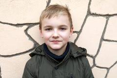 Αγόρι στο υπόβαθρο του τοίχου στοκ εικόνα με δικαίωμα ελεύθερης χρήσης