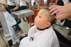 Αγόρι στο barbershop Στοκ φωτογραφία με δικαίωμα ελεύθερης χρήσης