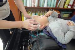Αγόρι στο barbershop Στοκ φωτογραφίες με δικαίωμα ελεύθερης χρήσης
