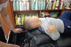 Αγόρι στο barbershop Στοκ εικόνες με δικαίωμα ελεύθερης χρήσης
