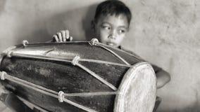 Αγόρι τυμπανιστών σε ένα ινδονησιακό σχολείο μουσικής στοκ φωτογραφίες
