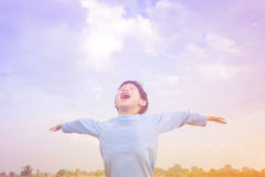 Αγόρι υπαίθριο με το εκλεκτής ποιότητας φίλτρο στοκ εικόνα