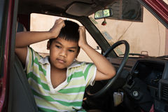 Αγόρι λυπημένο μόνο στο αυτοκίνητο Στοκ εικόνες με δικαίωμα ελεύθερης χρήσης