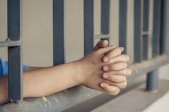 Αγόρι λυπημένο πίσω από τα σιδερόβεργα Στοκ Εικόνα
