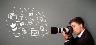 Αγόρι φωτογράφων που συλλαμβάνει τα άσπρα εικονίδια και τα σύμβολα φωτογραφίας Στοκ Φωτογραφία