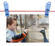 Αγόρι φωτογραφιών σε ένα σχοινί με ένα clothespin σε ένα άσπρο υπόβαθρο Στοκ φωτογραφίες με δικαίωμα ελεύθερης χρήσης