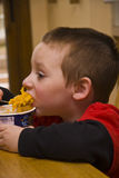 αγόρι 8105 που τρώει τις νεο&lambd Στοκ εικόνες με δικαίωμα ελεύθερης χρήσης