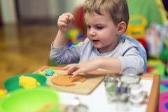 Αγόρι Crative στο εργαστήριό του Στοκ εικόνα με δικαίωμα ελεύθερης χρήσης