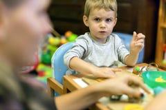 Αγόρι Crative στο εργαστήριό του Στοκ φωτογραφία με δικαίωμα ελεύθερης χρήσης