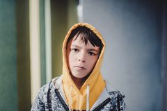 Αγόρι Preteen σε μια οδό σε μια μεγάλη πόλη δίπλα σε μια πολυκατοικία μόνο Στοκ Εικόνα