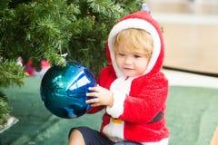 Αγόρι Santa με το διακοσμημένο δέντρο Στοκ φωτογραφία με δικαίωμα ελεύθερης χρήσης